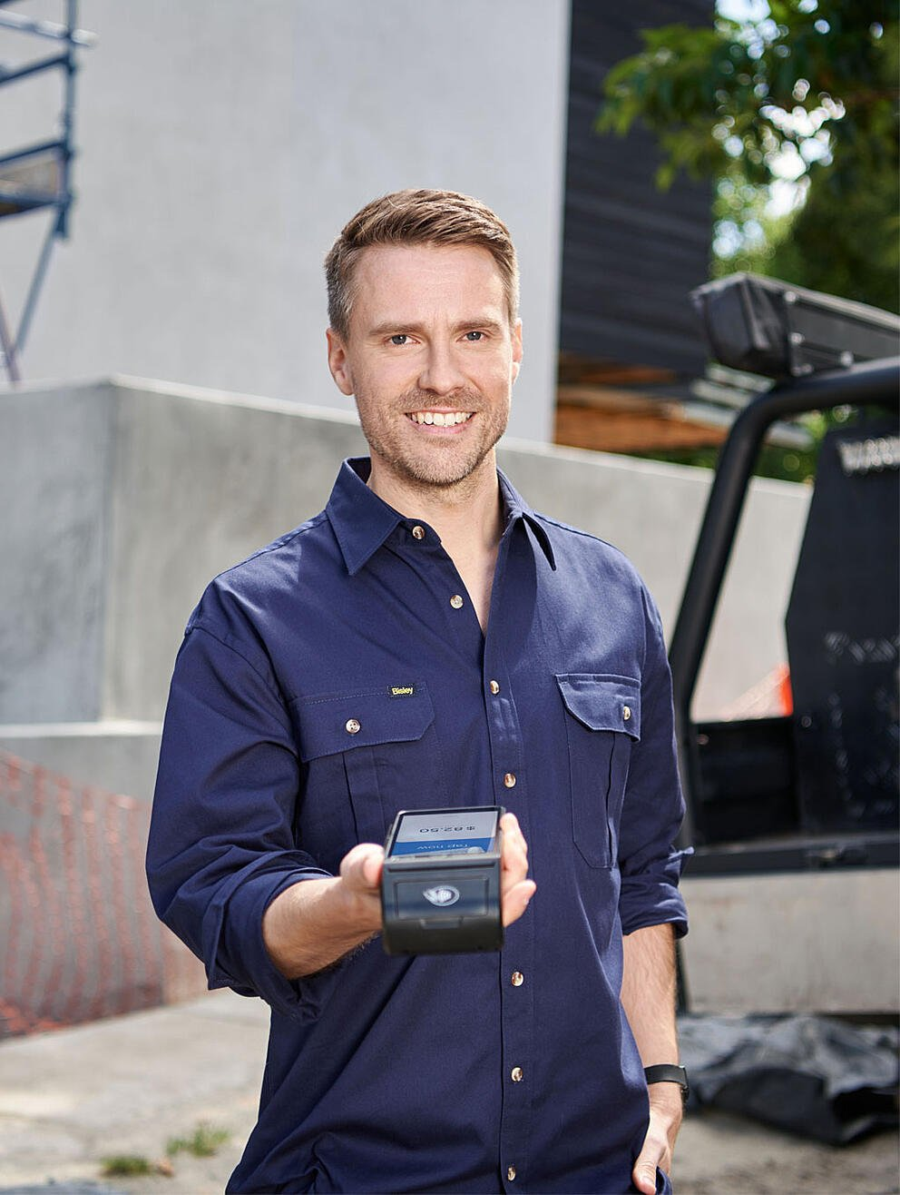 tradie-with-eftpos-payment-terminal